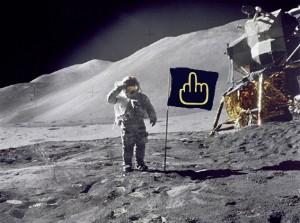 Le patriote dans Poésie Le-Marginal-Magnifique-Le-patriote-homme-sur-la-lune-drapeau-am%C3%A9ricain-doigt-dhonneur-man-on-the-moon-cosmonaute-aucun-sentiment-patriotique-d%C3%A9serteur-300x223